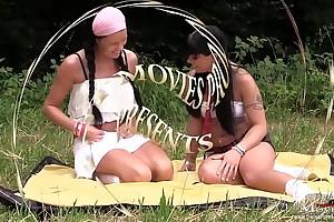 Girls-Duo ficken mit einem Typen am Waldrand auf dem Rasen -SPM JuliaAmanda TR10