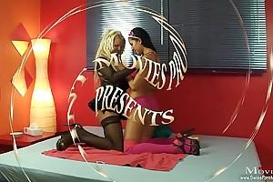 Kameramann wird von 2 Bi-Girls vernascht - SPM ChiaraJanine TR14