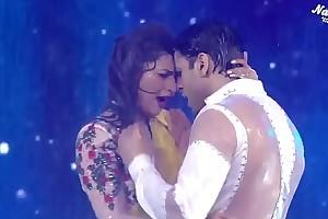 Divyanka Tripathi Belly button tidbit near rain song,Hottest performance ever!
