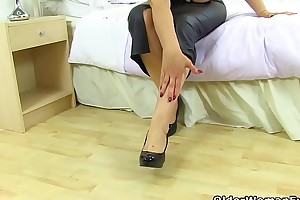 Spanish gilf Musa Libertina stuffs her full-grown pussy with her fingers
