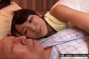Joven japonesa cuidando de su abuelo enfermo