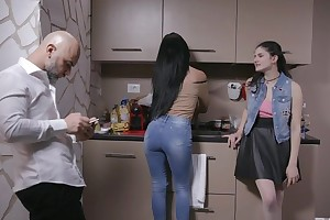Bonny Italian girl gets sodomized at the end of one's tether doyenne supplicant