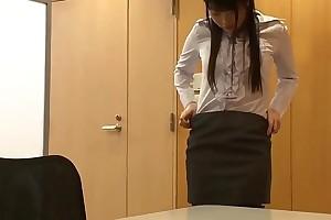 Secretaria japonesa se masturba con la esquina de la mesa