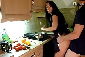 Cogiendo en la cocina despues de trabajar