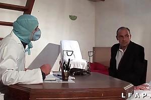 La vieille mariee se fait defoncee le cul chez le gyneco en triune avec le mari