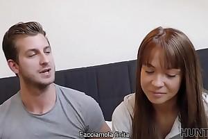 HUNT4K. Bella e despondent surrounding ginocchio per succhiarmelo