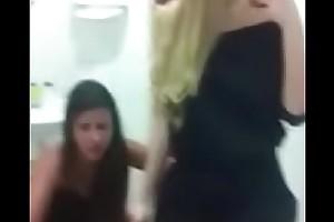 Flagra de Duas Meninas Be_badas, mas Muito Be_badas itsy-bitsy Banheiro !!!!!!!